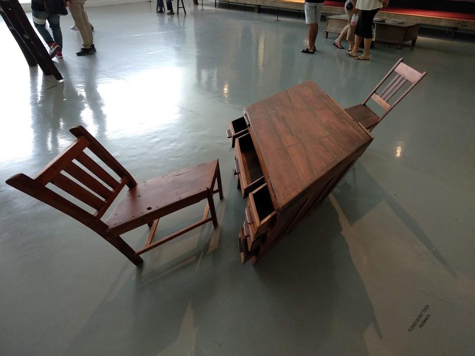 เก้าอี้เอียงในหอศิลป์วัฒนธรรมกรุงเทพ